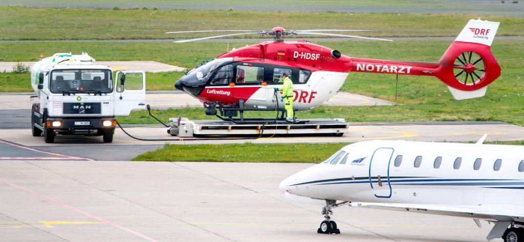 Bild: Hubschrauber und Tankwagen