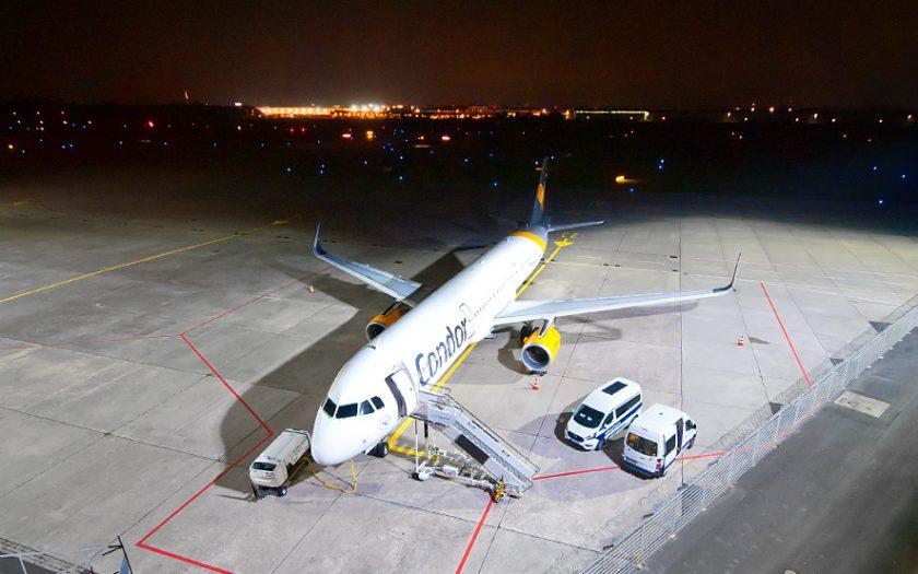Bild: Condor-Flugzeug bei Nacht