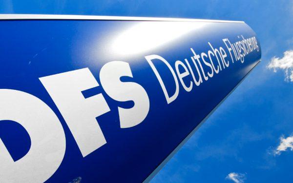 Bild: Säule mit DFS-Logo am Standort Stuttgart