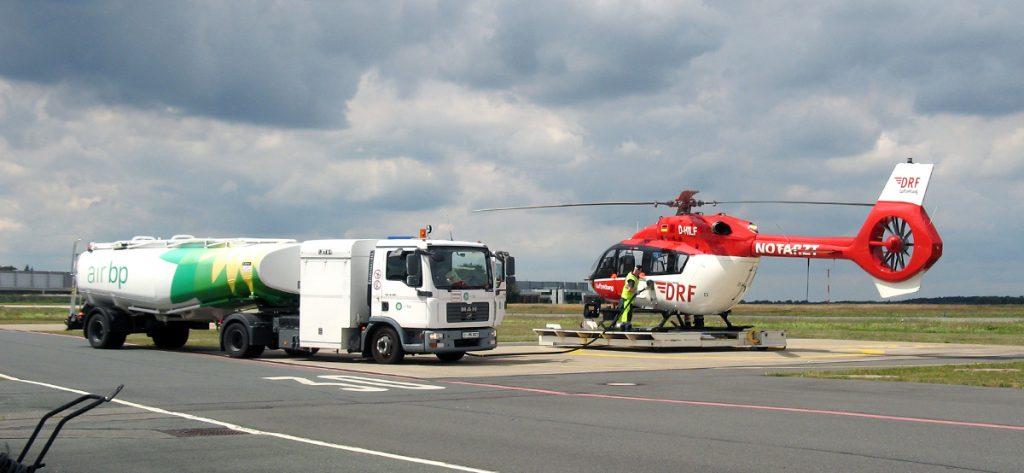 Bild: DRF-Hubschrauber und Tankwagen