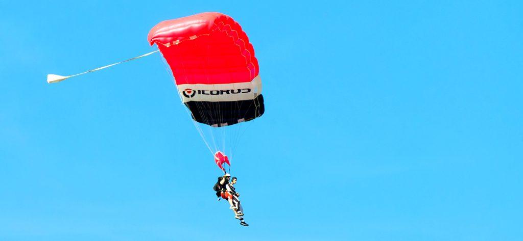 Bild: Zwei Menschen an einem Fallschirm