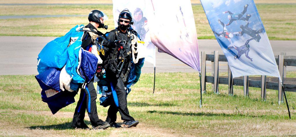 Bild: Fallschirmspringer tragen ihre Fallschirme