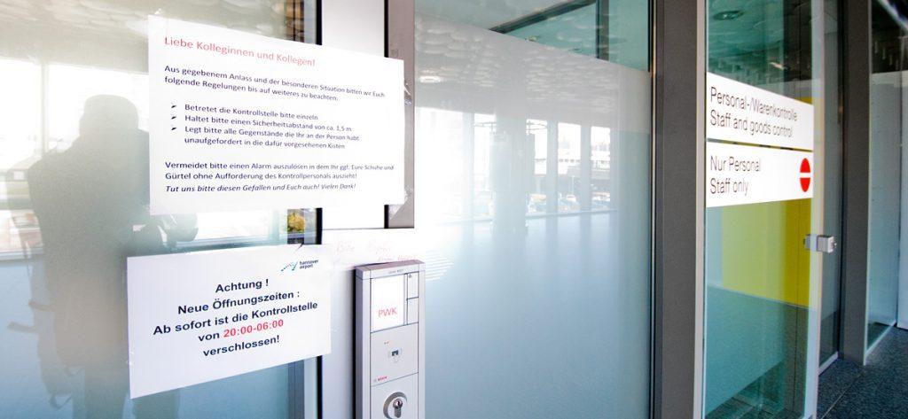 Bild: Hinweisschild für Flughafen-Mitarbeiter