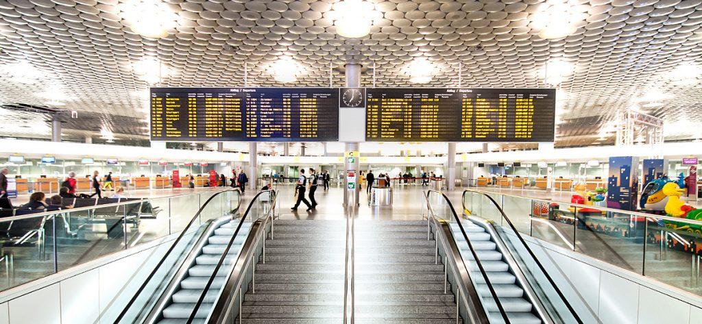 Bild: Anzeigetafel im Flughafen-Terminal