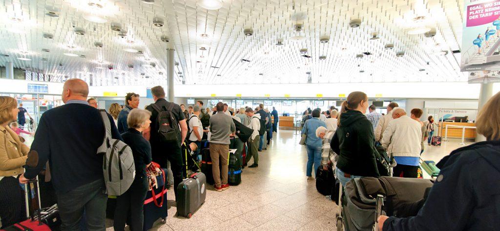 Bild: Flughafen-Terminal Warteschlange