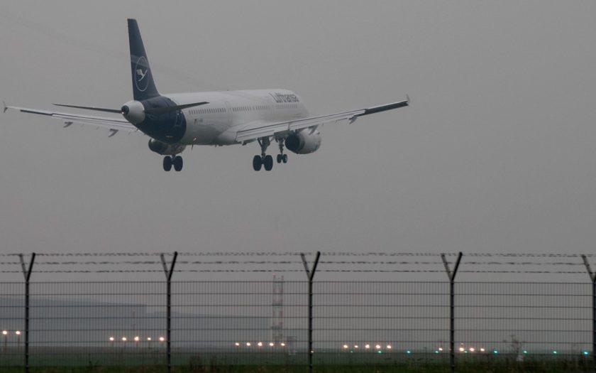 Bild: Flugzeug in schlechtem Wetter
