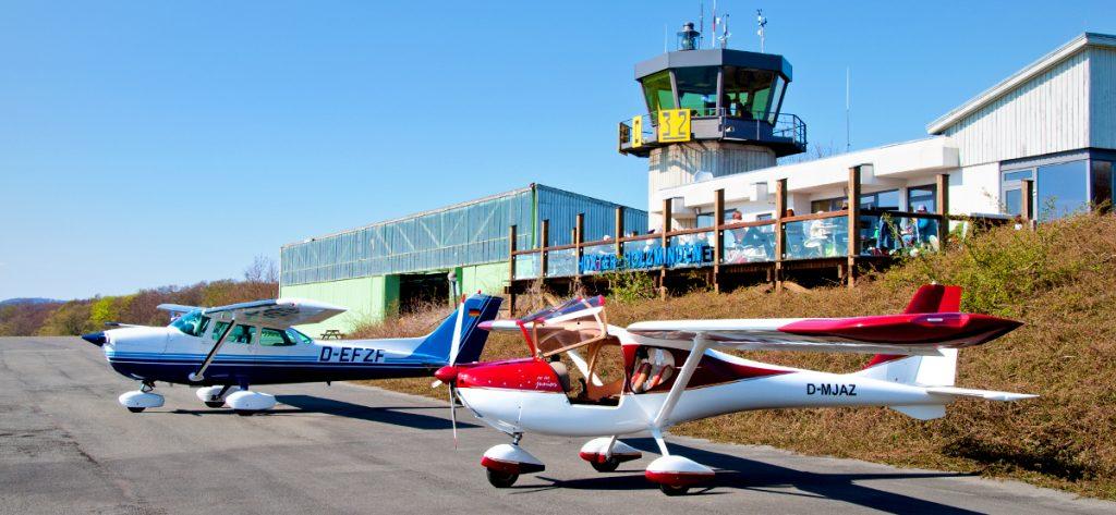 Bild: Kleinflugzeuge vorm Flugplatz-Café in Höxter