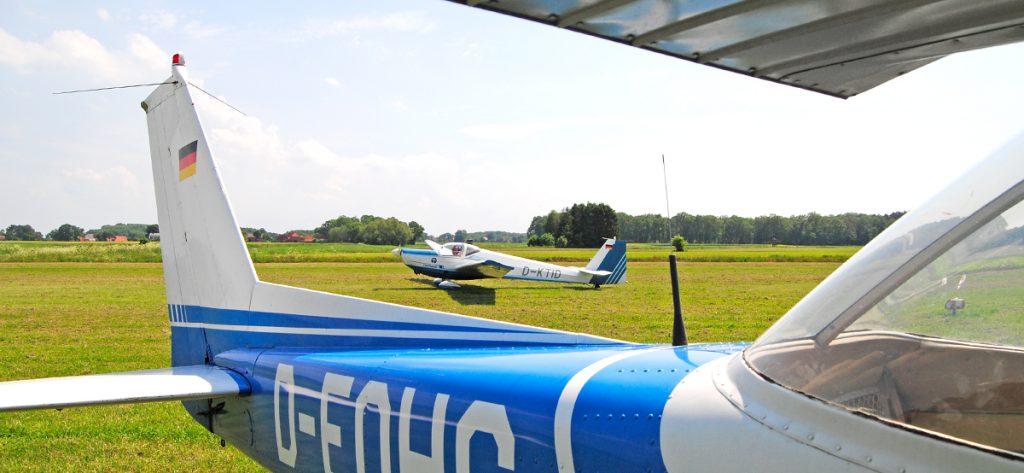 Bild: Motorsegler am Flugplatz Nienburg