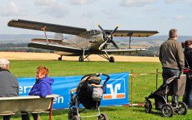 Antonow mit Festbesuchern
