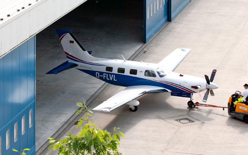 Bild: Flugzeug und Hangar
