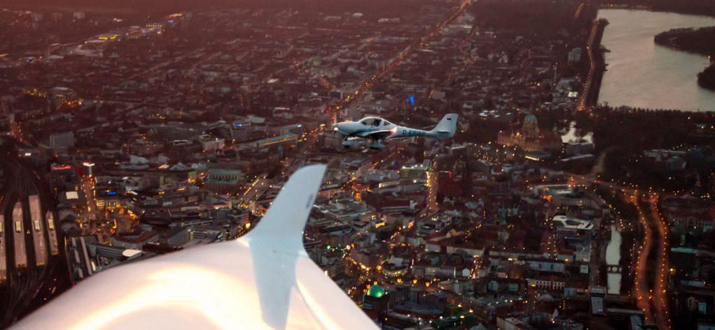 Bild: Aquila A210 über Hannover (Air-to-Air-Shot)