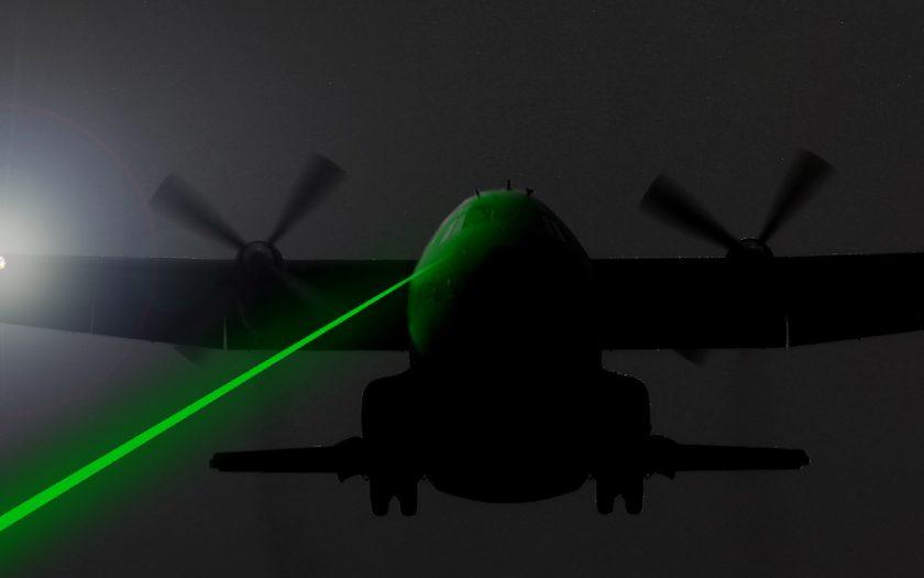 Grafik: Flugzeug von Laserstrahl geblendet (Fotomontage)