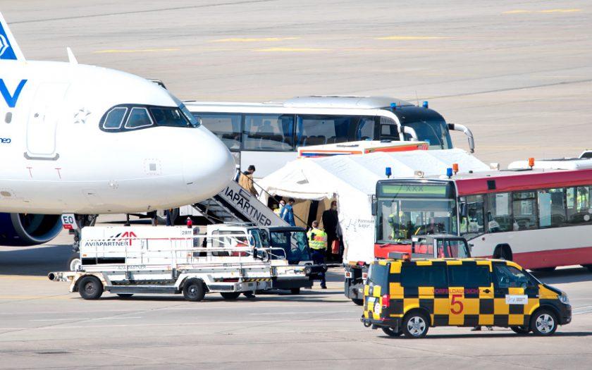 Bild: Flugzeug mit Fahrzeugen