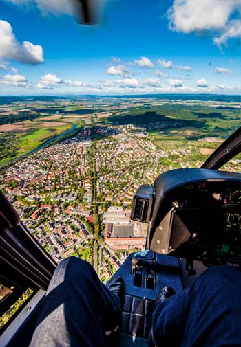 Bild: Cockpit-Ansicht aus dem Hubschrauber auf Hameln