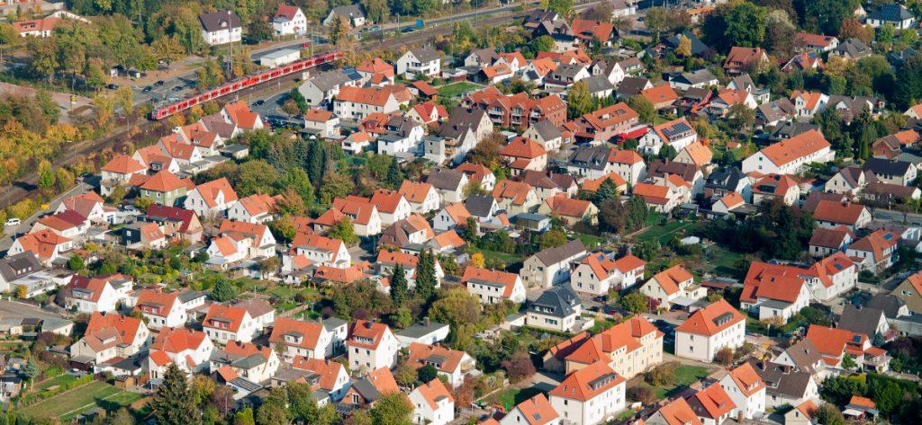 Bild: Häuser in Springe mit S-Bahn