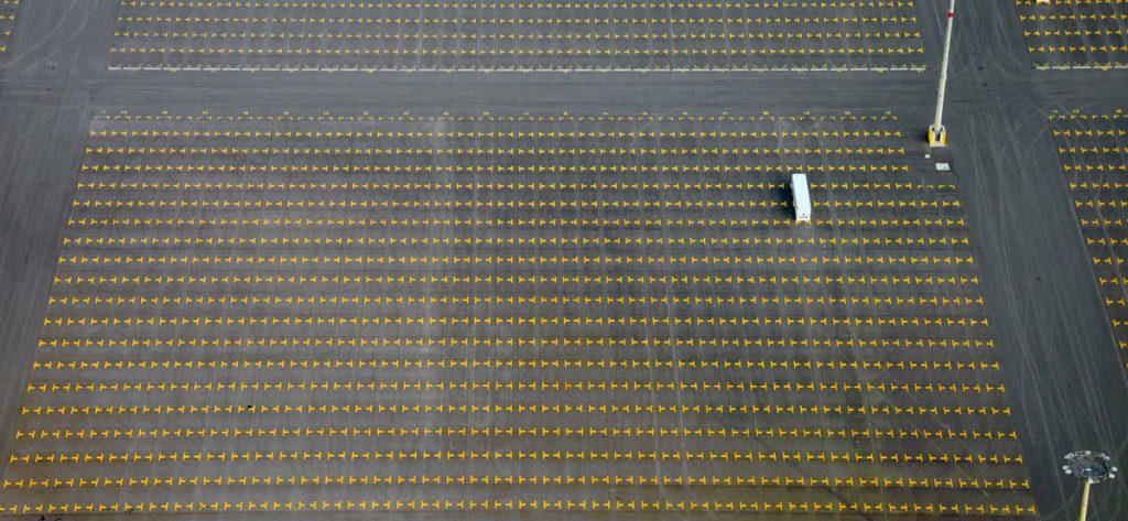 Luftbild: Einzelner Container am Jade-Weser-Port
