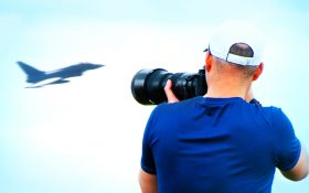 Bild: Planespotter mit großem Objektiv