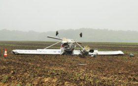 Bild: Abgestürztes Flugzeug kopfüber im Acker