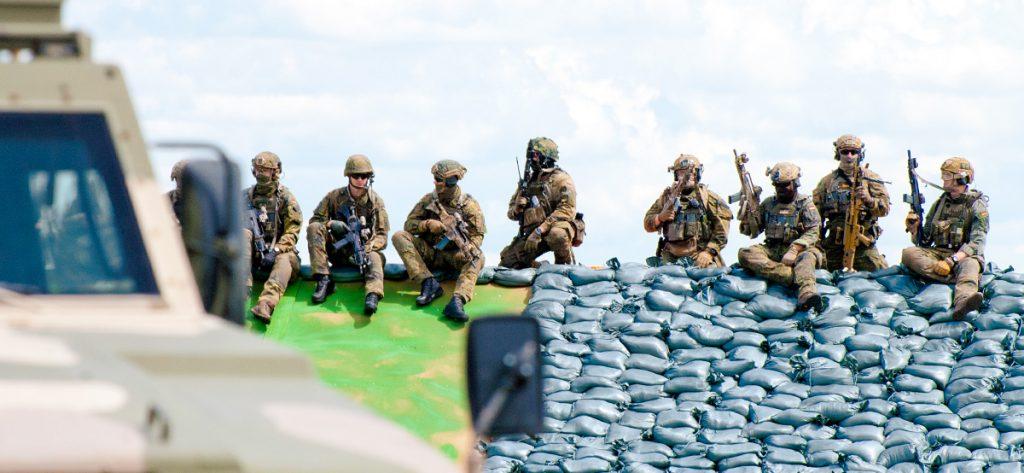 Bild: Soldaten auf Deich
