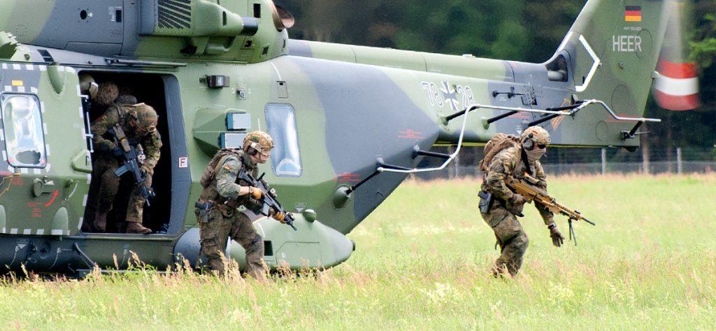 Bild: Soldaten vor Hubschrauber