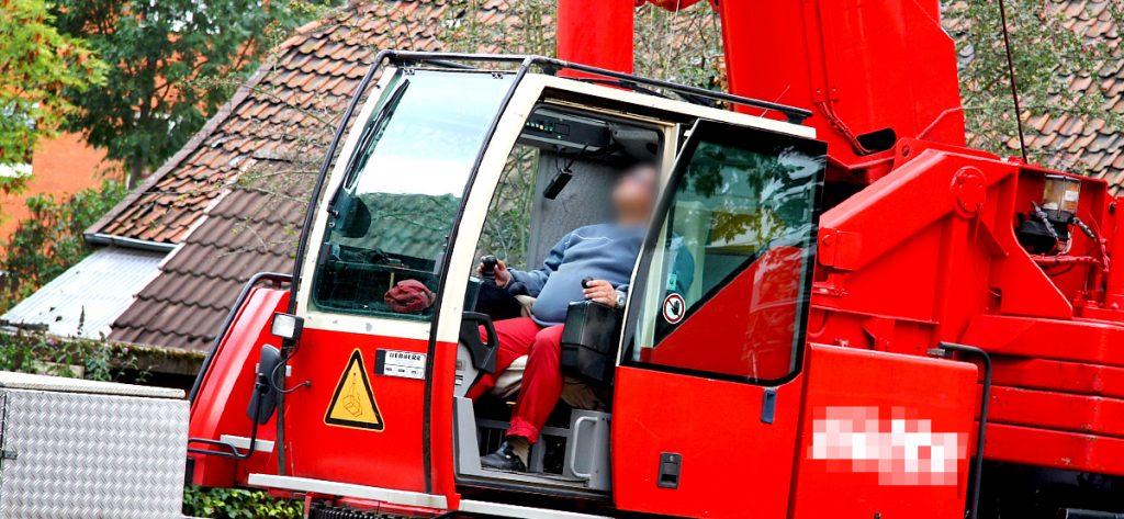 Bild: Mann bedient Autokran