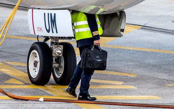 Bild: Pilot beim Preflight-Check