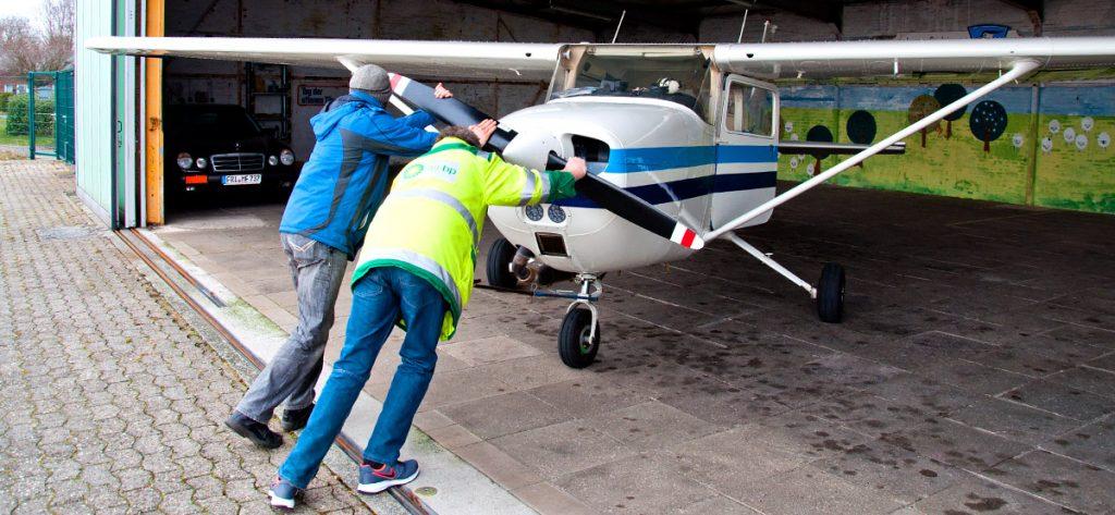 Bild: Cessna wird per Hand eingehallt