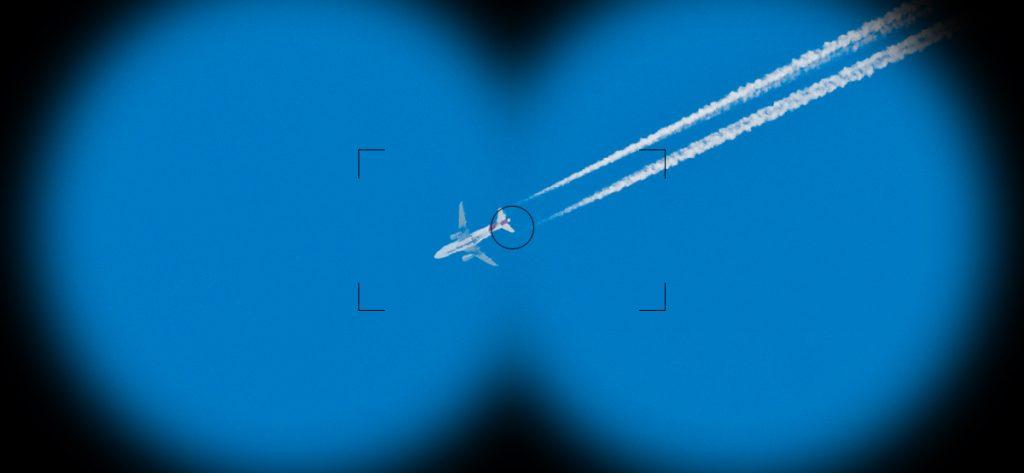 Bild: Flugzeug durch Fernglas