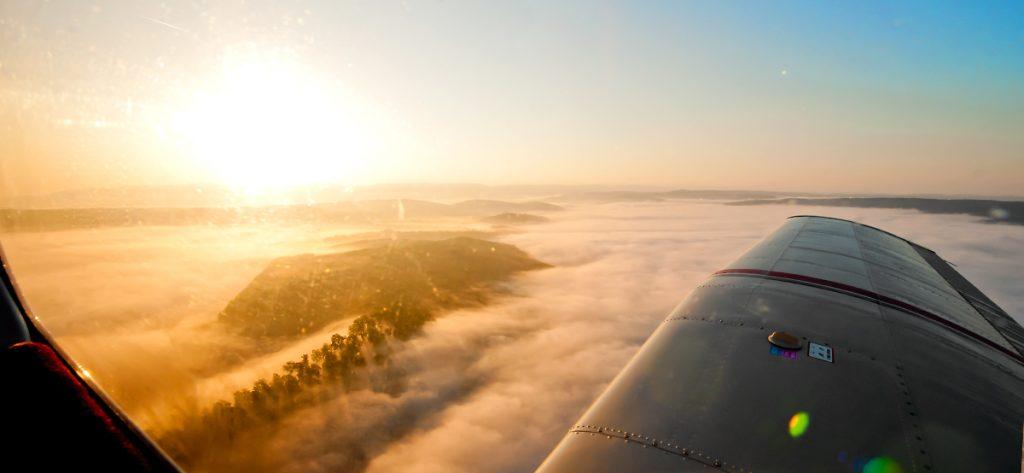 Bild: Mittelgebirge im Nebel aus dem Flugzeugfenster
