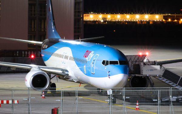Bild: TUI-Flugzeug nachts