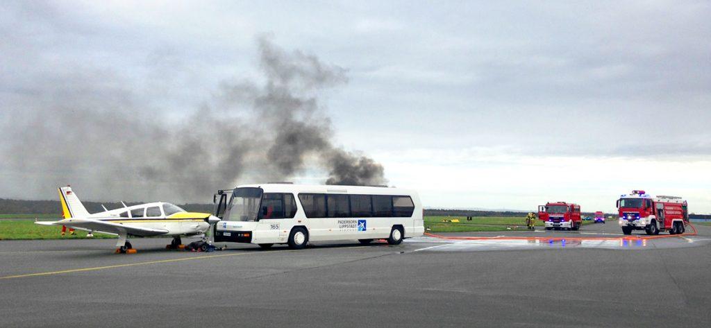 Bild: Simulierter Flugunfall mit Kleinflugzeug und Shuttle-Bus